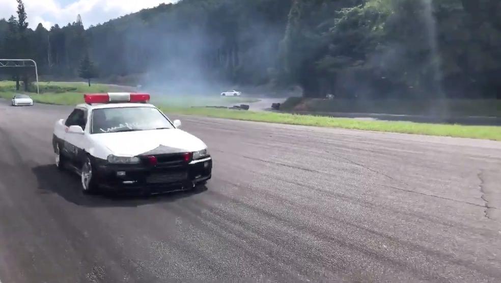【動画】「緊急車両が通りまぁぁぁす!!」サイレン鳴らしながらド派手にドリフトするパトカー!?