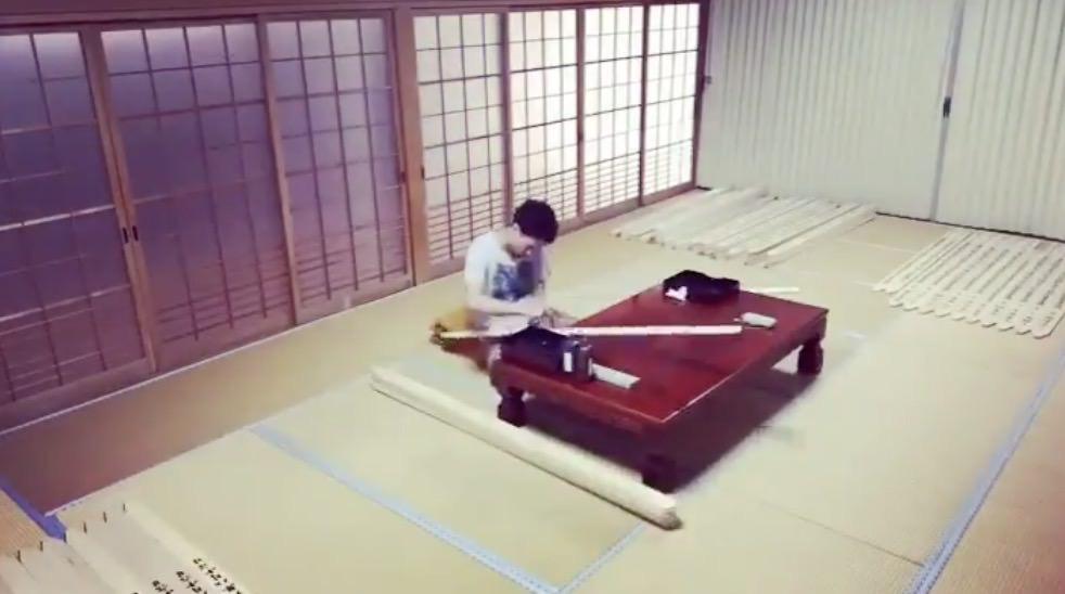 【動画】1枚1枚丁寧に卒塔婆を書く僧侶のタイムラプス