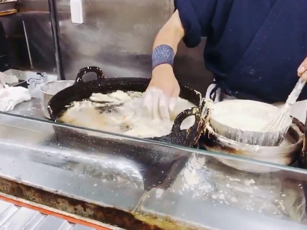 天ぷらを極めた職人、素手を天ぷら油につっこんで卵黄を揚げる。