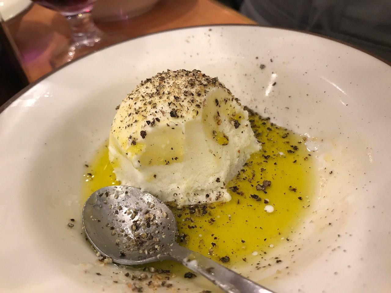 バニラアイスにオリーブオイルと塩胡椒