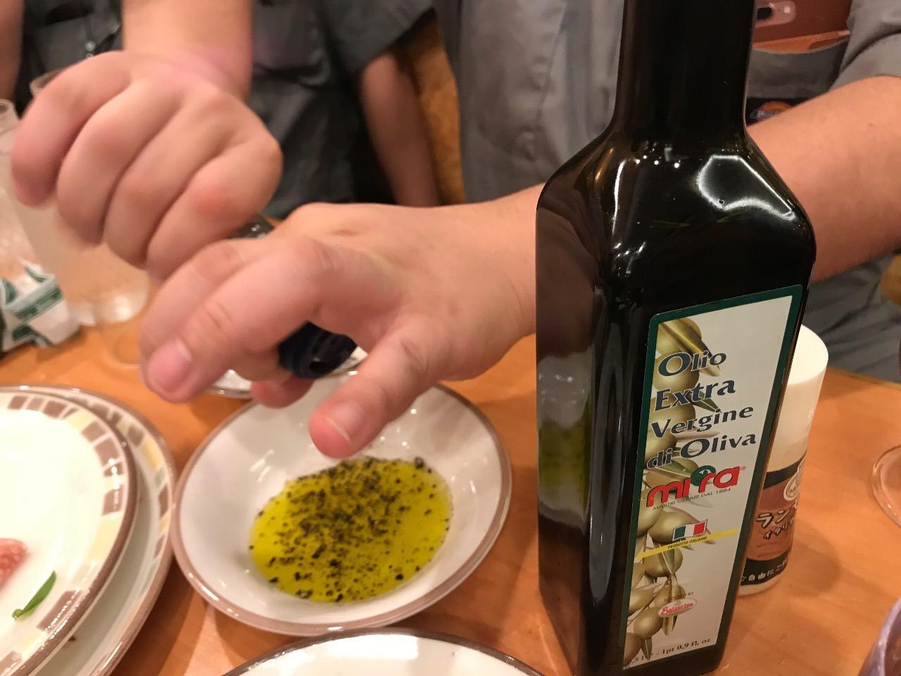 オリーブオイルに胡椒