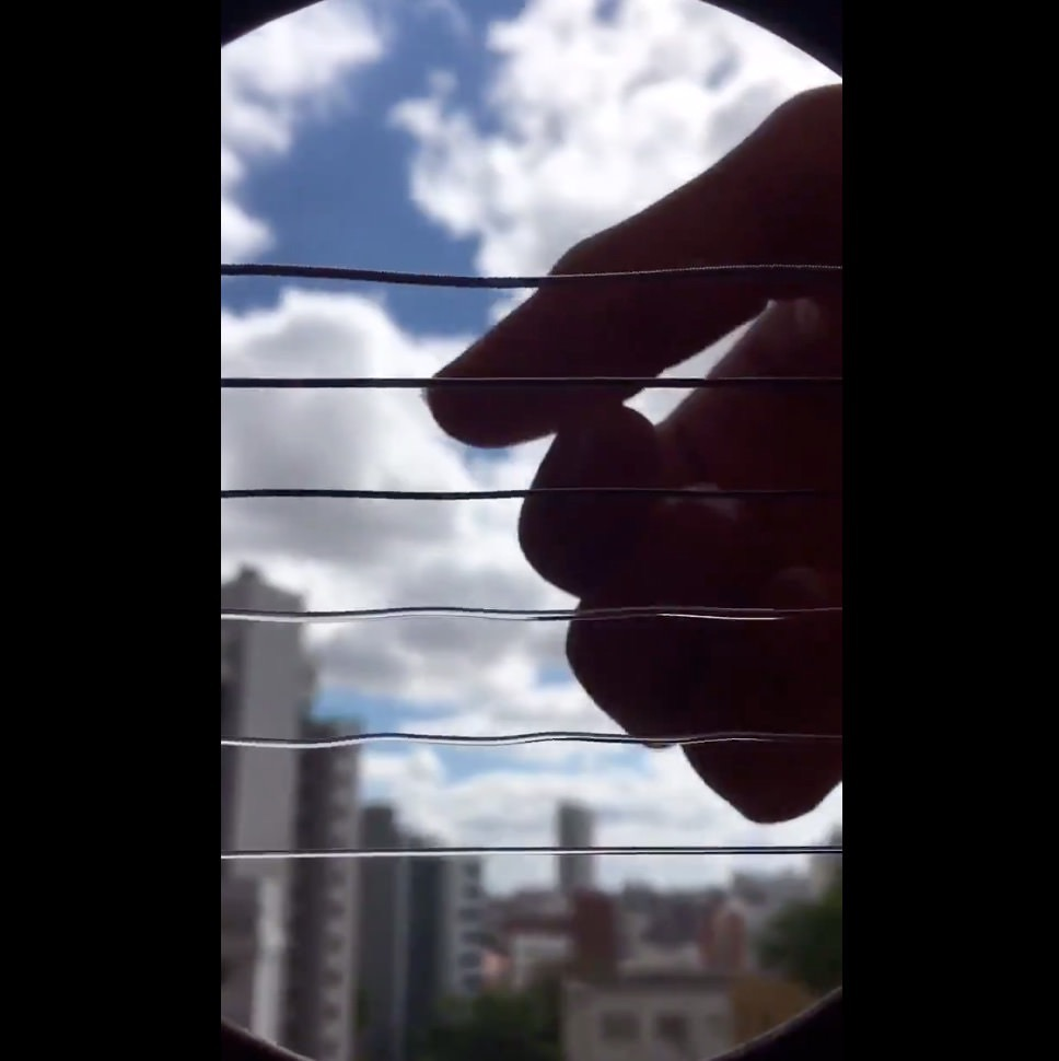 【動画】アコースティックギターを弾いている時の弦の様子をサウンドホールから見てみると‥‥