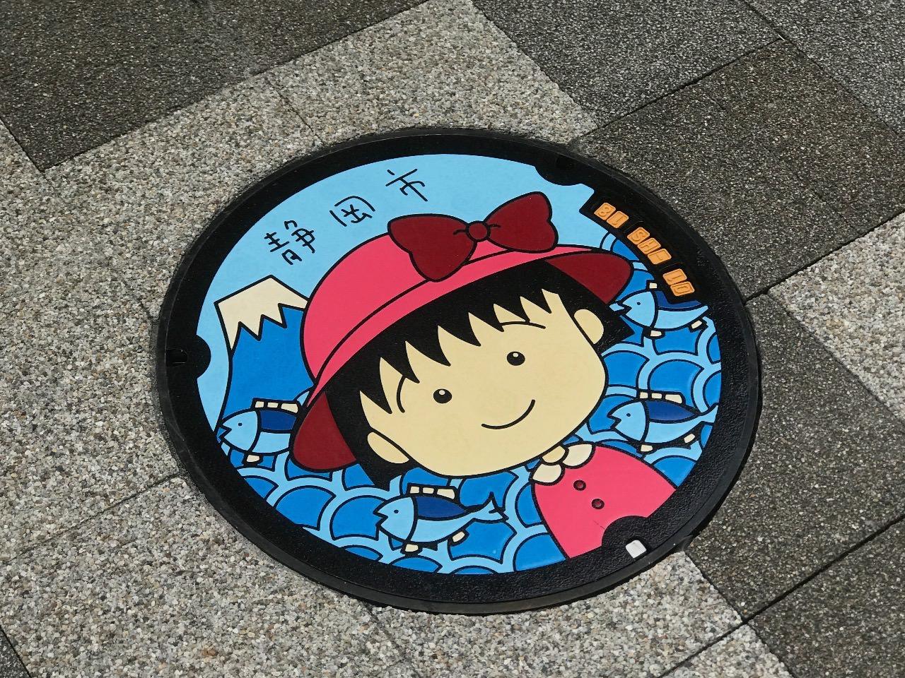 清水駅前に設置された「ちびまる子ちゃん」のマンホールのふた