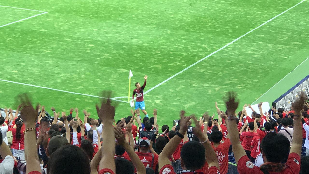 【浦和−神戸】試合後に那須大亮が埼スタを一周してサポーターに手を振る