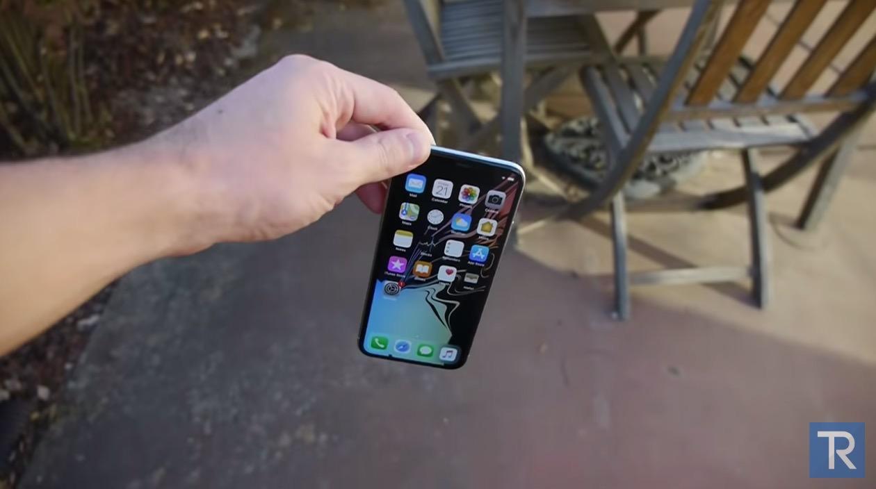 iPhone XSとiPhone Xを地面に落下テストしている動画