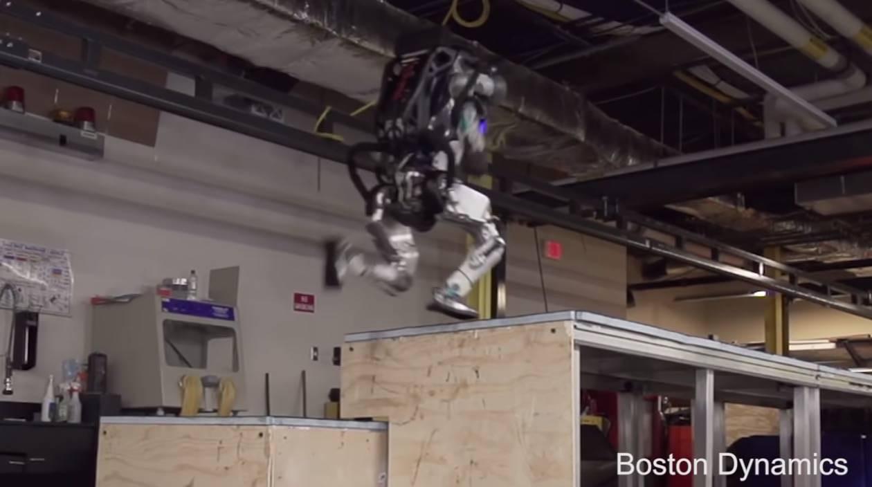 【動画】ボストン・ダイナミクスのアトラスがパルクールを始める