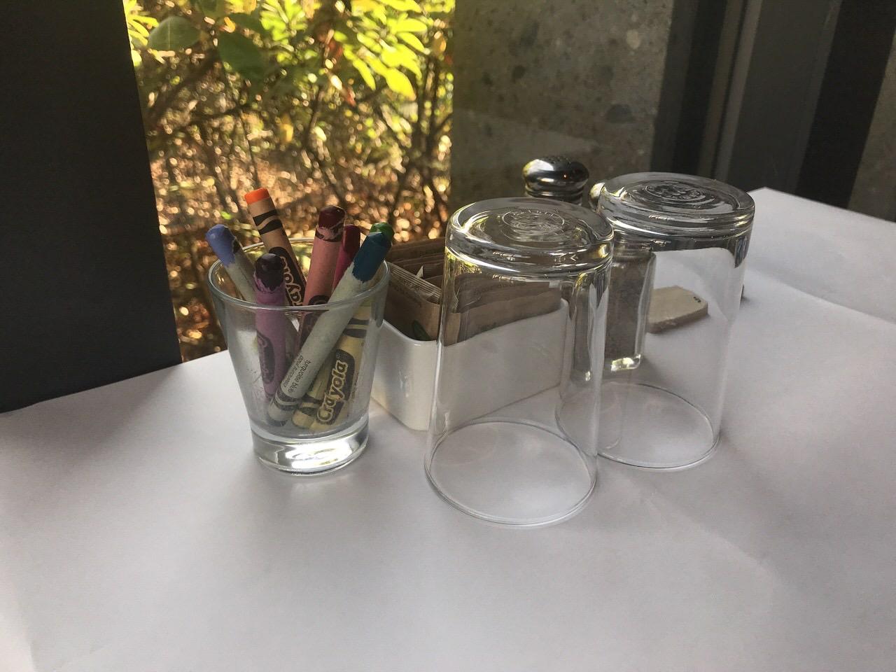 テーブルクロスとクレヨン