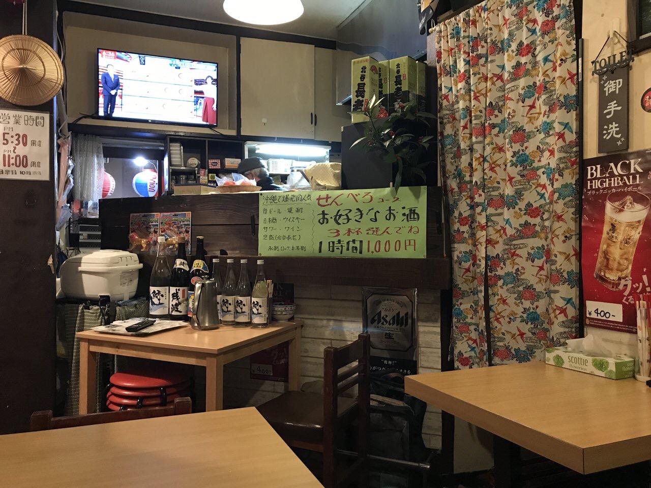 沖縄料理店「アバサー」店内