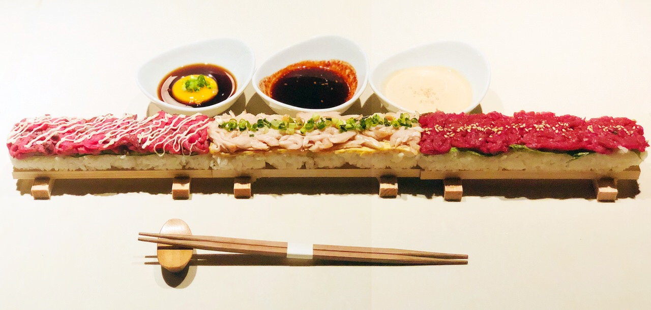 【TOMORI】牛鶏馬!50cmの肉ロングユッケ寿司が発売記念で2680円→1980円