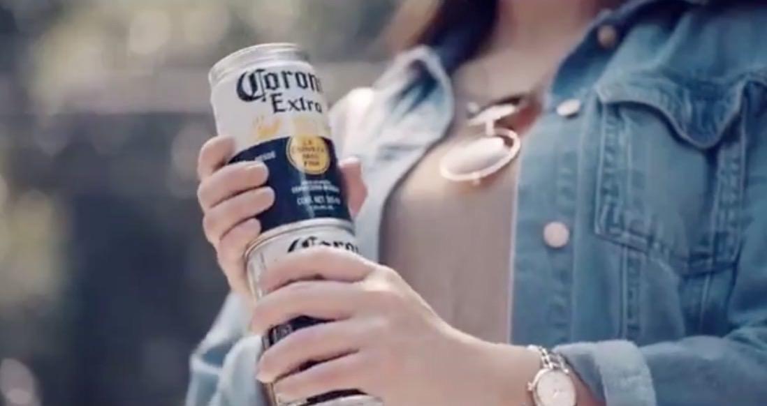 複数本を持ち運びしやすいひねって連結できるコロナの缶ビールが優秀