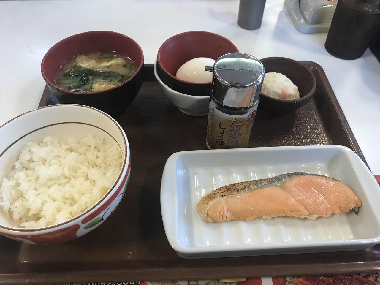 すき家の朝食「鮭朝食」1
