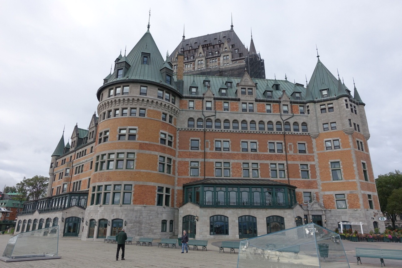 ケベック・シティーのアッパータウンにそびえる古城風ホテル「シャトー・フロンテナック」