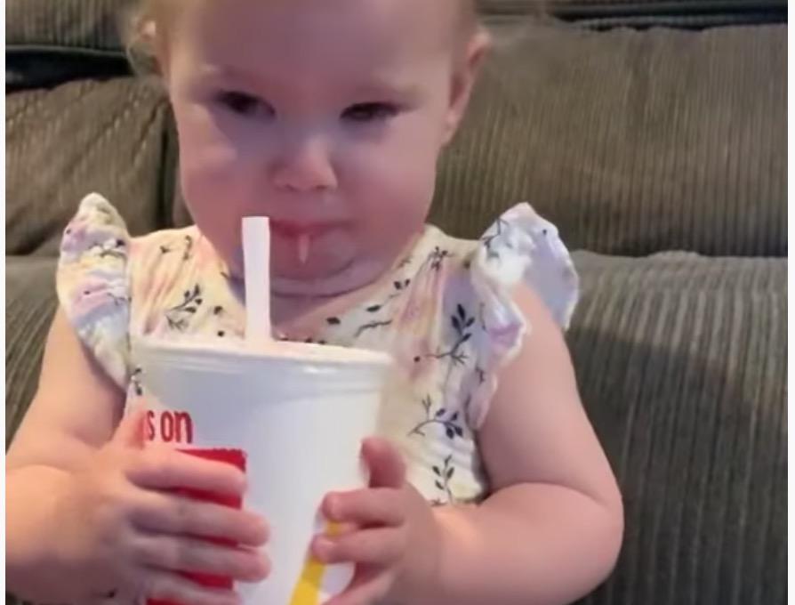 【動画】フローズンドリンクを初めて飲んだ赤ちゃんの反応