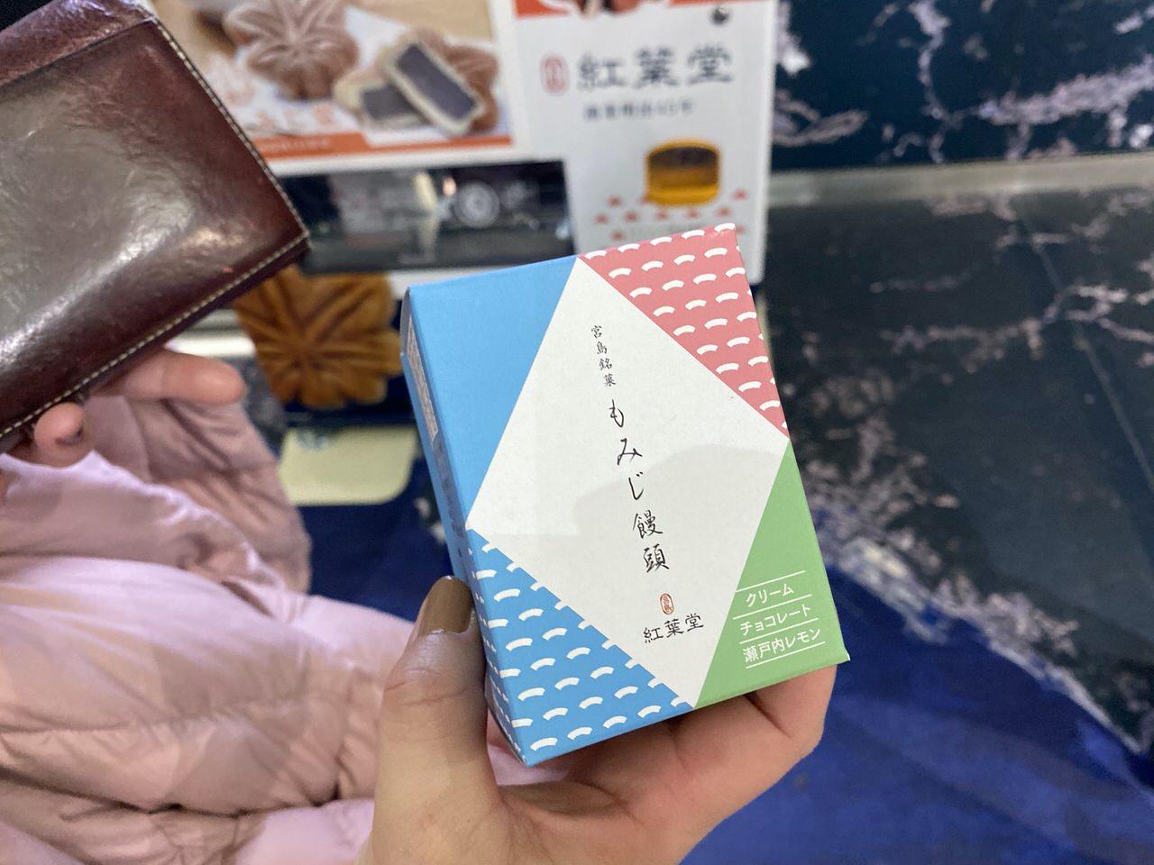 広島空港で紅葉堂のもみじ饅頭の自動販売機を発見