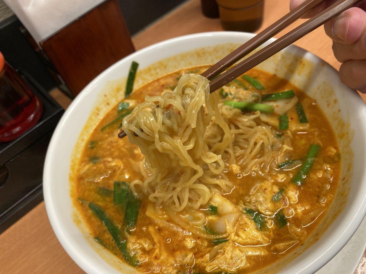 日高屋「チゲ味噌ラーメン」細麺・麺硬め 2
