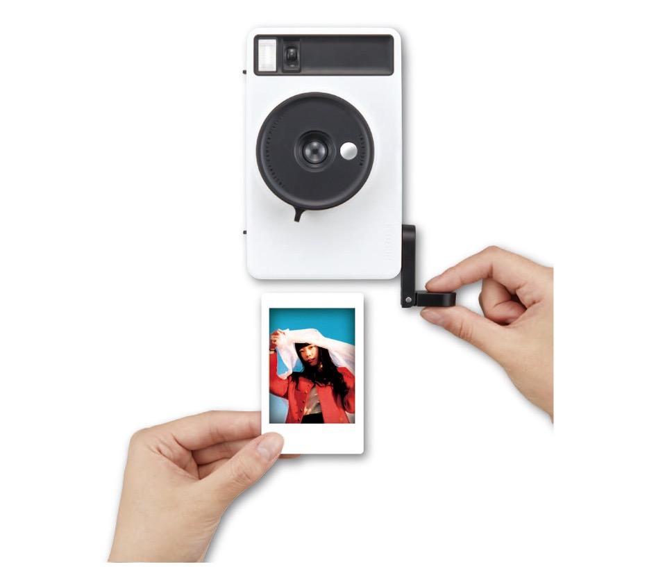 「Pixtoss(ピックトス)」シャッター押してハンドル回す広角レンズのインスタントトイカメラ