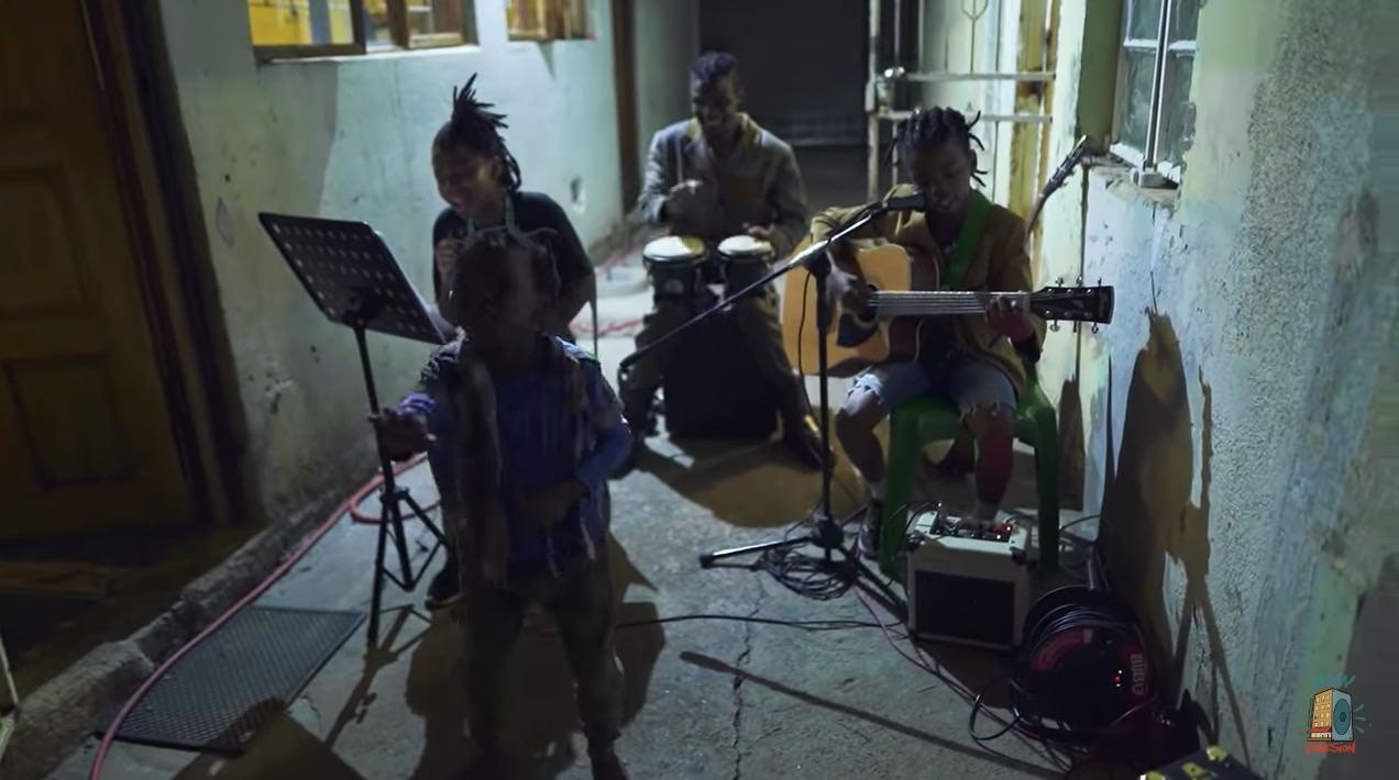 アフリカ・ヨハネスブルグの路地裏で椎名林檎「長く短い祭」をカバーする親子の動画