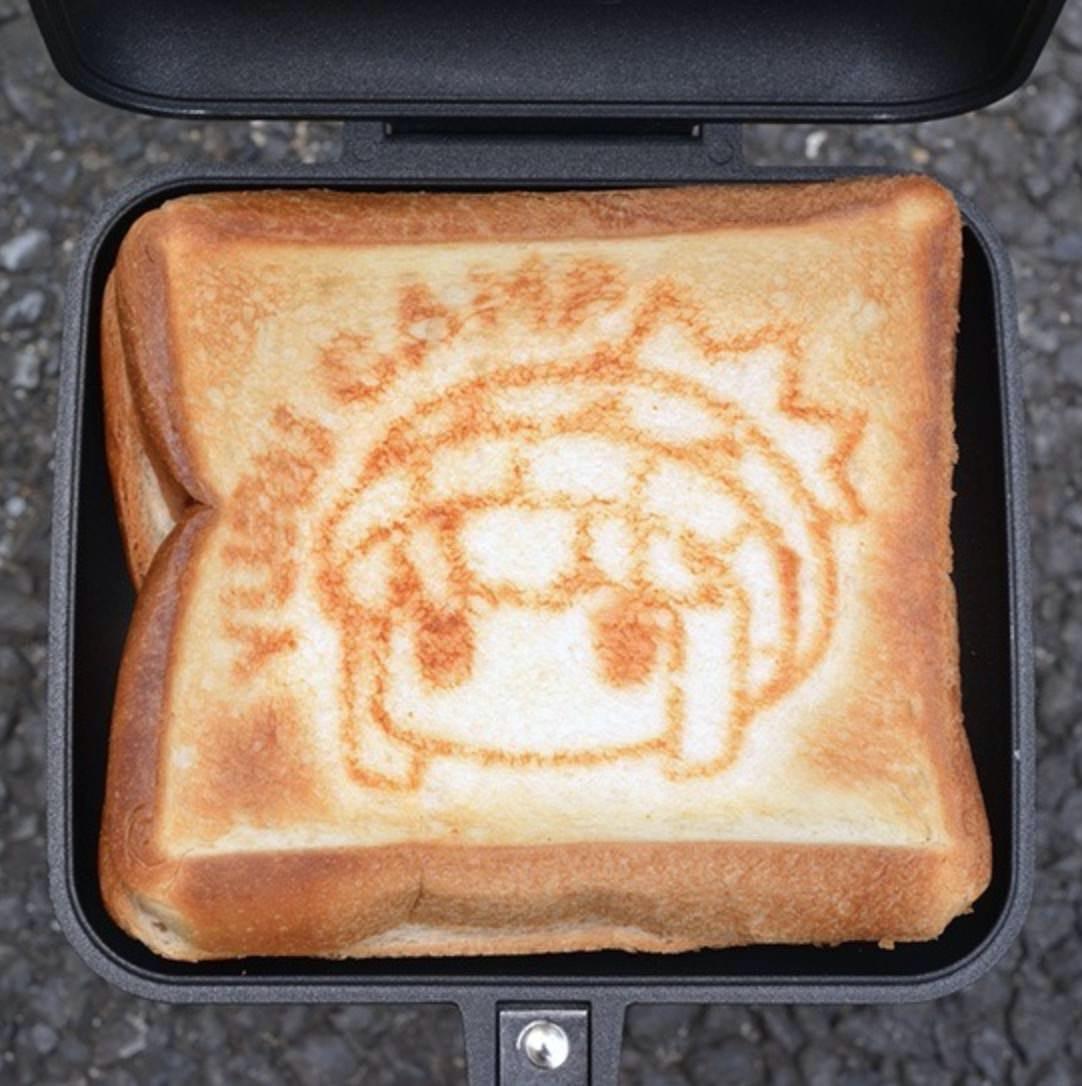 【ゆるキャン△】志摩リンの顔の焼き目がつけられる「ホットサンドメーカー」とアウトドアショップ・カリブーの刻印入り「ミニスキレット」が再販決定
