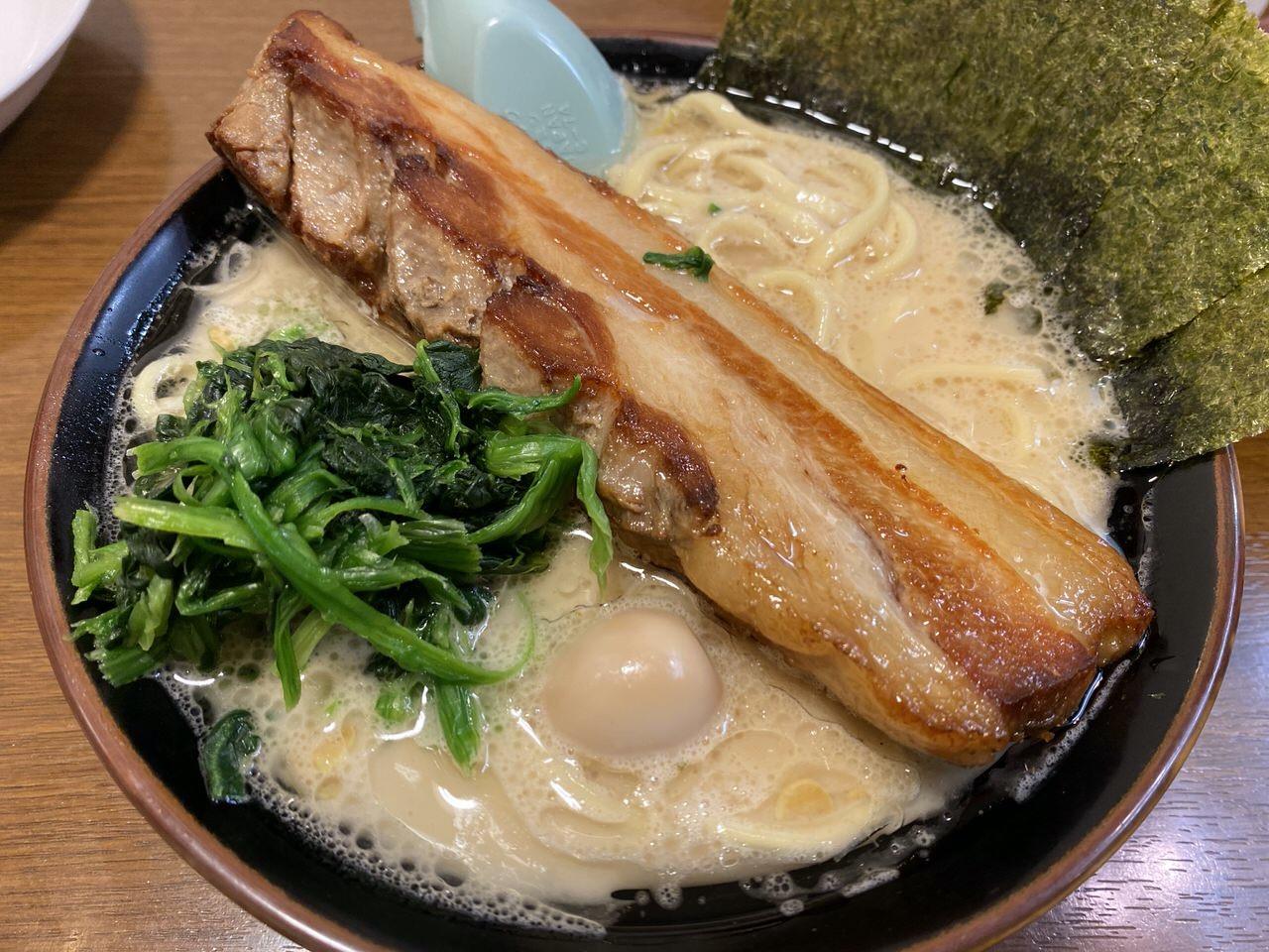 「横浜家系ラーメンとりとん(浦和)」厚さ3cm棍棒のような肉塊チャーシューは1日15食限定のメガトンラーメン!