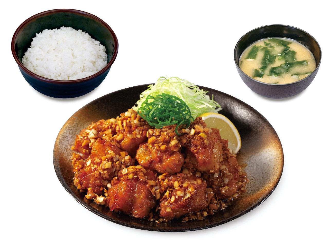 【松のや】鶏モモ肉をカラッとジューシーに揚げた唐揚げに香味野菜たっぷり特製ダレの「油淋鶏定食」発売開始