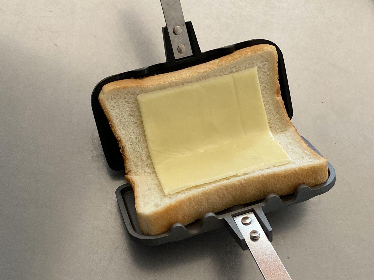 「ホットサンドソロ」コンビーフ+マヨネーズ+とろけるチーズのレシピ 4