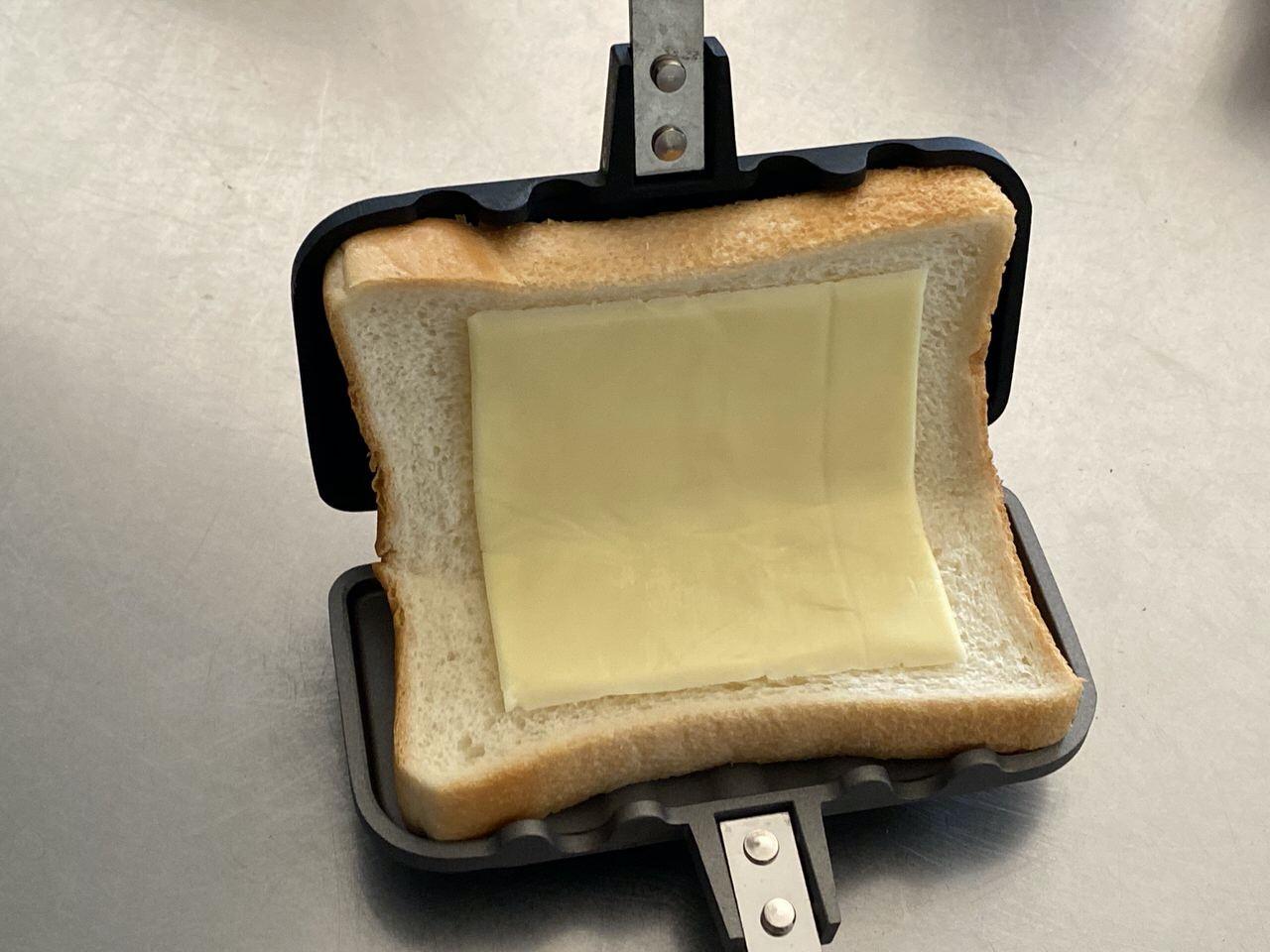 「ホットサンドソロ」コンビーフ+マヨネーズ+とろけるチーズのレシピ 3