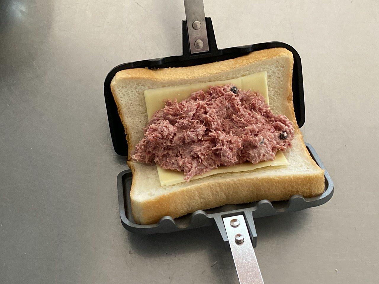 「ホットサンドソロ」コンビーフ+マヨネーズ+とろけるチーズのレシピ 8