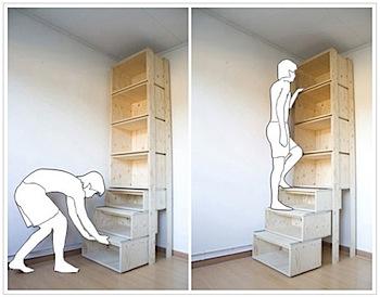 下を引き出すと階段になって上の本が取れる本棚
