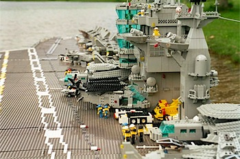 30万個のレゴで空母「トルーマン」を制作した男