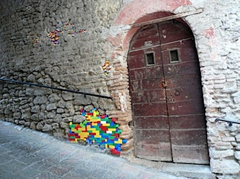 レゴで補修した壁の写真