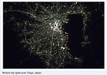 宇宙から撮影した東京の夜景をツイッターで見た