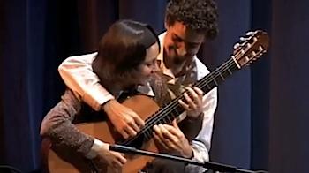 一本のギターを男女二人で弾く動画が実に楽しそうで良い!