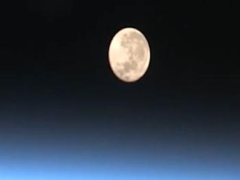 国際宇宙ステーションからみた「月の入り」動画