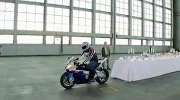 バイクの加速性能をアピールするためのテーブルクロス引き動画