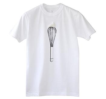 思わずプニュと押したくなるホイップクリームのついたTシャツ「泡立て器」