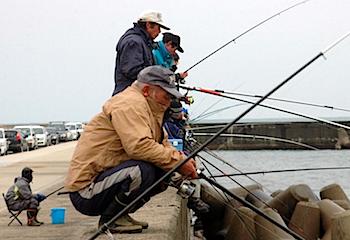 山形で釣りをする小人が発見される