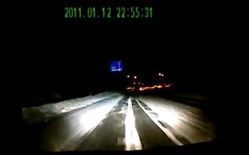 【事故】雪道でスリップしたクルマが正面から突っ込んでくる動画‥‥
