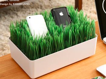 iPhoneなどをすっきり充電できる芝生のチャージングステーション(KIKKER LAND)