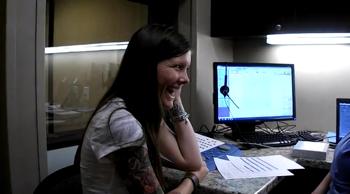 聴覚障害の女性が人工内耳により初めて音を聴いた時の動画