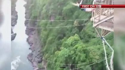 【動画あり】バンジージャンプをした女性のロープが切れてワニのいる川に落下
