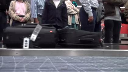 スーツケースに6個のカメラを取り付け空港でどのように運ばれているかを記録した動画