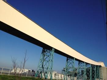 銀河鉄道999のような空に延びるベルトコンベア(八戸)