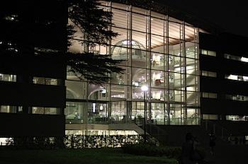 成蹊大学で宇宙船みたいな情報図書館を見学した!