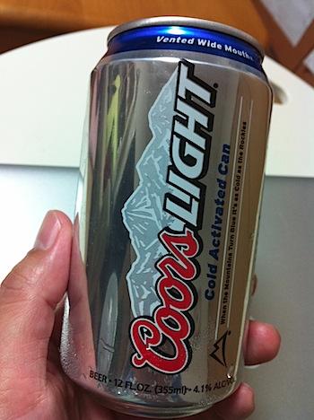飲み頃になるとラベルの山が青くなる「クアーズライト」