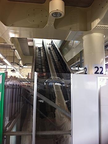 京急蒲田駅で建設中のエスカレーターの写真