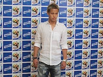 本田圭佑(サッカー日本代表)成田空港で記者会見「ぼくは優勝を目指したい」