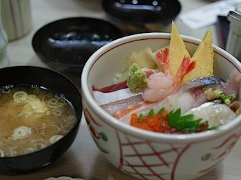 「鮨處八千代 築地店」で本日の丼(1,000円)