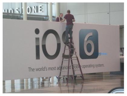 「iOS 6」WWDCの会場で確認される(バナーが掲出される)