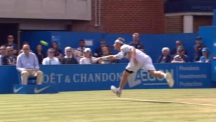 【動画あり】テニスの試合で看板を蹴り上げる → 線審にケガを負わせて失格に