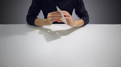 人が紙を操るストップモーション動画